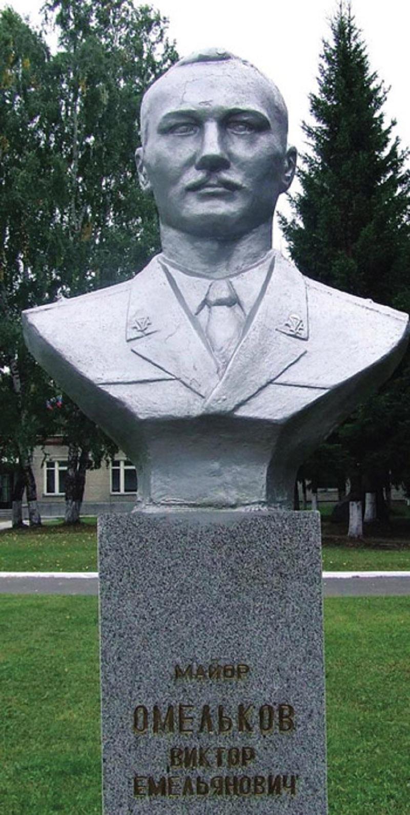 На мемориале Героям-выпускникам Новосибирского военного общевойскового командного училища установлен бюст Герою Российской Федерации Виктору Емельяновичу Омелькову.