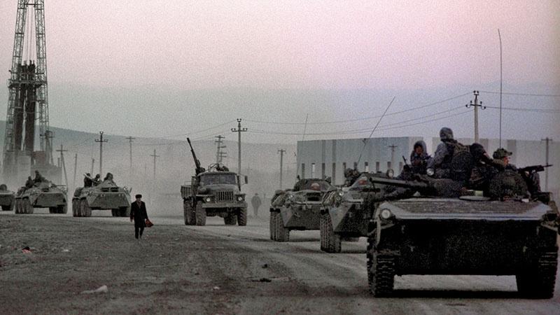 Колонна сводного батальона ивановских десантников с батальоном мотострелкового полка направляются в сторону Грозного.