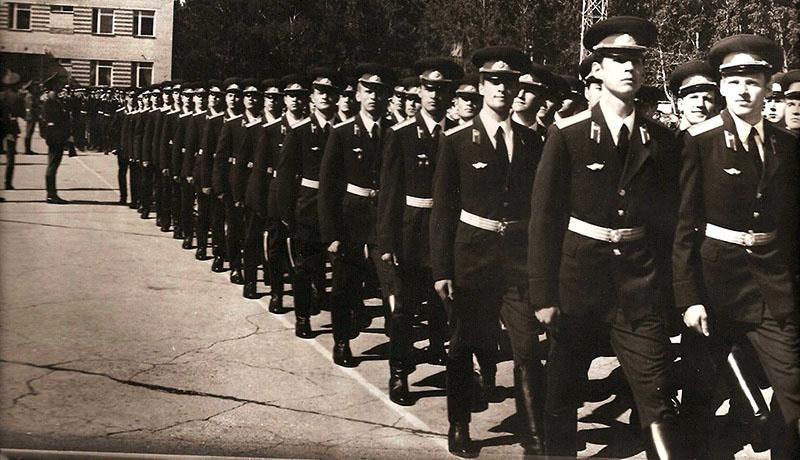 Виктор Омельков окончил Новосибирское высшее военно-политическое общевойсковое училище.