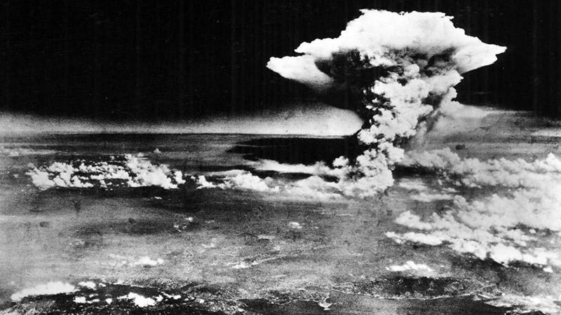 Соединённые Штаты первыми в мире применили ядерное оружие против мирных японских городов Хиросима и Нагасаки в 1945 году.