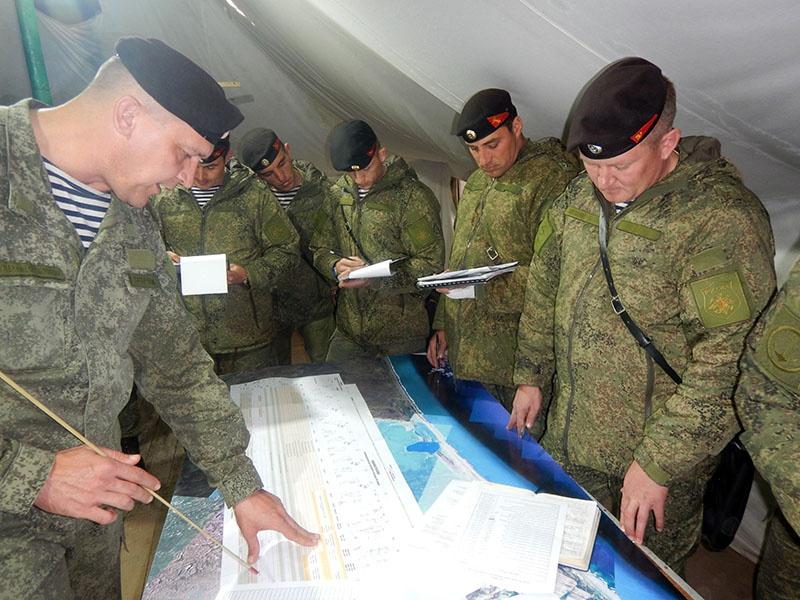Командир ставит задачу офицерскому составу перед выходом на учение.