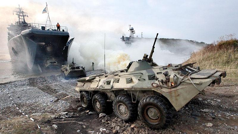 Отработка действий по организациипогрузкиивыгрузкибоевых машин и танков на БДК проводится регулярно.