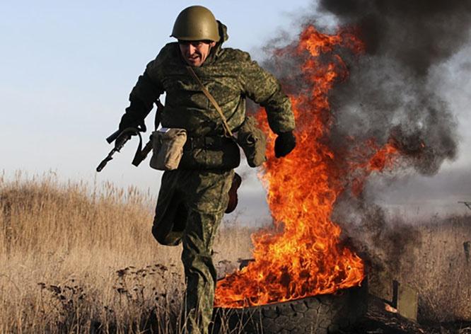 Выбравшие военную службу мужчины прошли огненно-штурмовую полосу, которая включает более 15 различных препятствий.