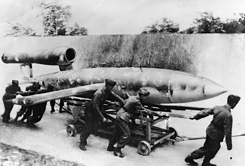 Самолёт-снаряд Фау-1 (V-1) считается предшественником современных крылатых ракет и БПЛА.