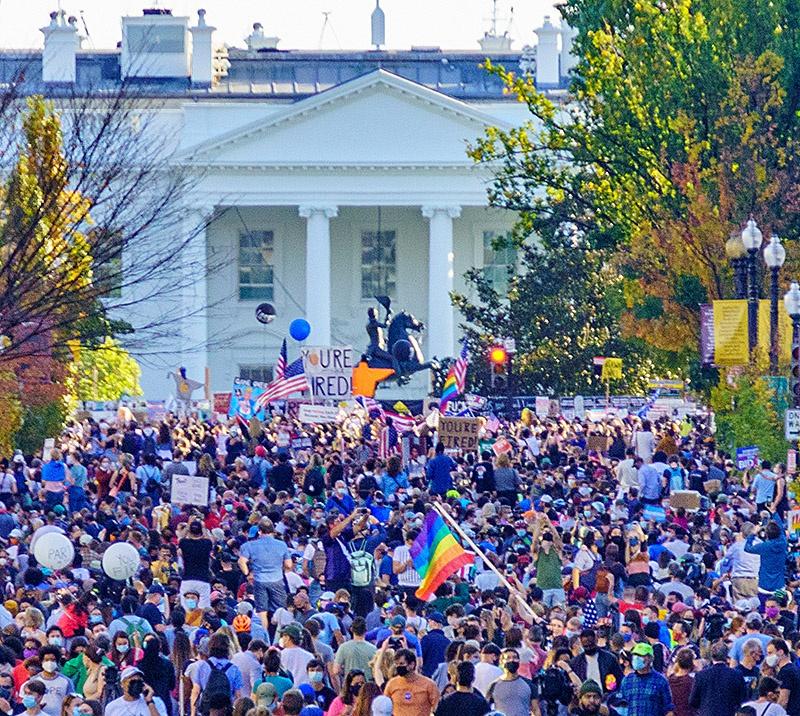 Торжествующие противники Трампа собрались у Белого дома после его поражения.