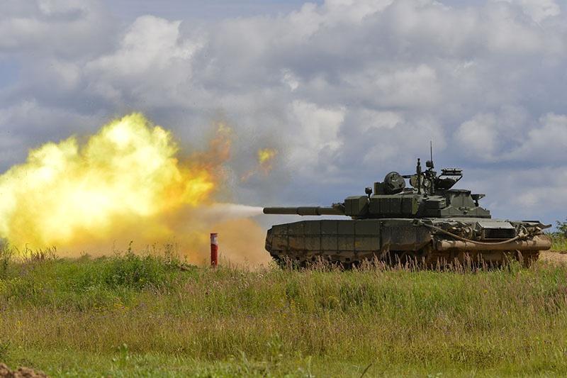 Т-80БВМ выполняет стрельбу по мишеням в полигонных условиях.