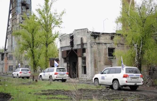 Автомобили миссии ОБСЕ на территории шахты «Октябрьская», расположенной в районе донецкого аэропорта.