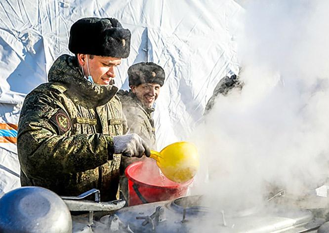 Армейские полевые кухни обеспечивают жителей горячим питанием в районах, где есть перебои с подачей воды и электричества.