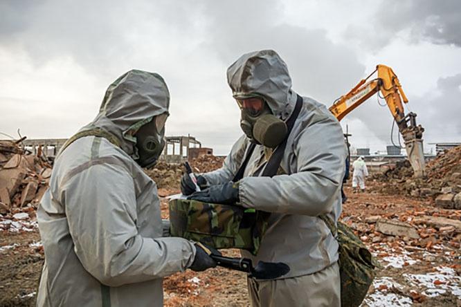 Воины соединения войск РХБ защиты Центрального военного округа первыми вошли в зону токсичной свалки.
