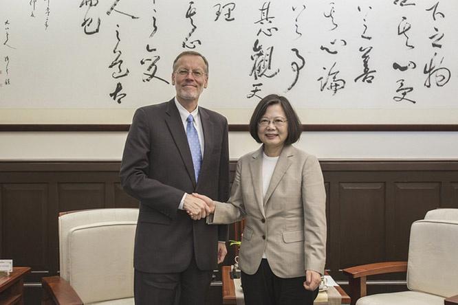 Президент Китайской Республики Цай Инвэнь и посол США на Тайване Брент Кристенсен.
