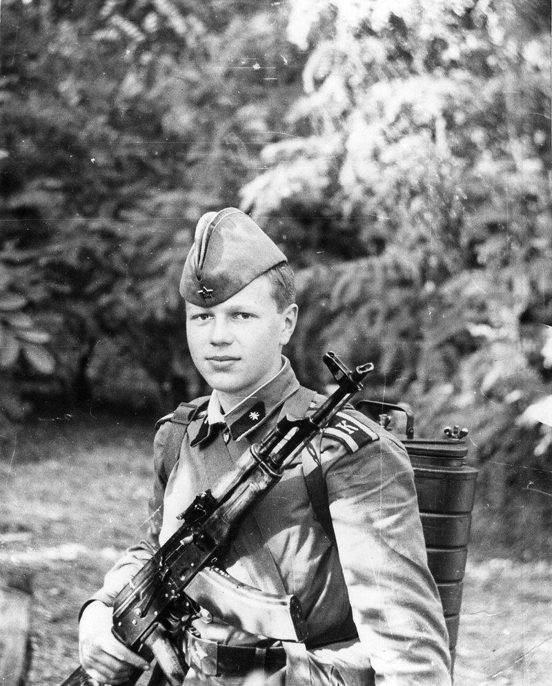 Курсант Полковников неплохо учился, был активным спортсменом и пользовался, как тогда говорили, заслуженным авторитетом в коллективе.