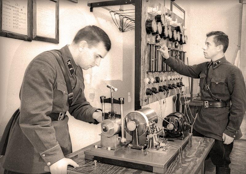 В предвоенные годы профессорско-преподавательский состав академии активно участвовал в разработке основных положений теории глубокой наступательной операции и артиллерийского наступления.