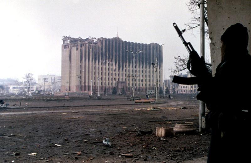 Полуразрушенный президентский дворец в Грозном, январь 1995 г.