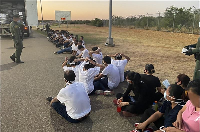 Пограничный патруль в Техасе задержал автомобиль, причастный к попытке контрабанды людей из стран Мексики, Гватемалы, Гондураса и Сальвадора.