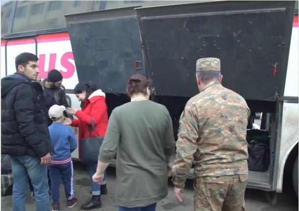Помимо несения службы на постах, наши миротворцы также сопровождают автобусы с беженцами, возвращающимися в Нагорный Карабах с территории Армении.