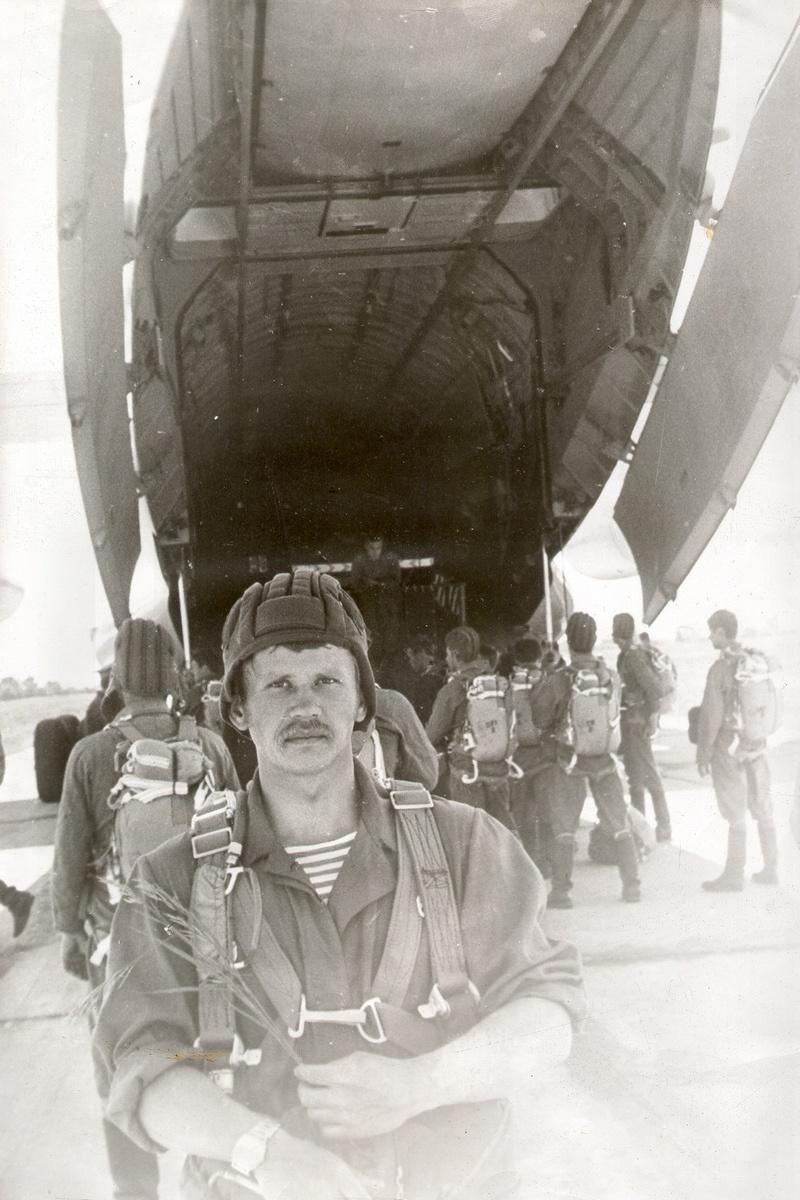 Старший лейтенант Вячеслав Бочаров перед посадкой в самолет.