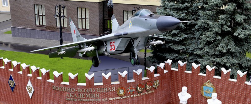 В 1969 году Шапошников окончил Военно-воздушную академию им. Ю.А. Гагарина.