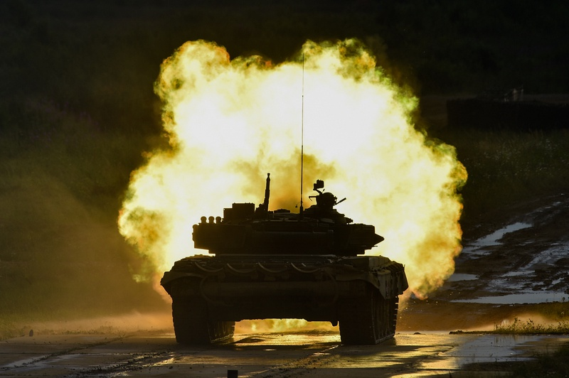 Ночная танковая стрельба.