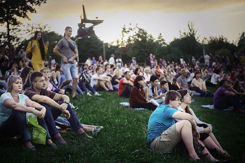 Сотни зрителей собрались на живописных склонах парка имени Ленинского комсомола.