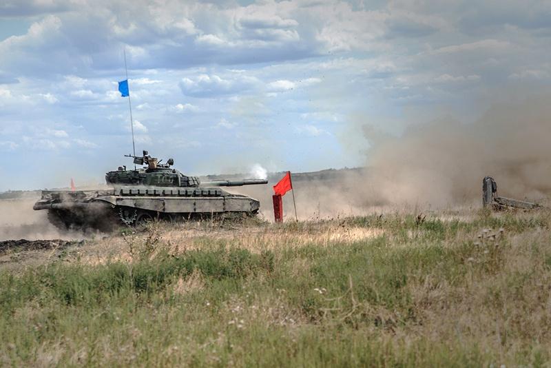 Танки ДНР шли под синими знамёнами.