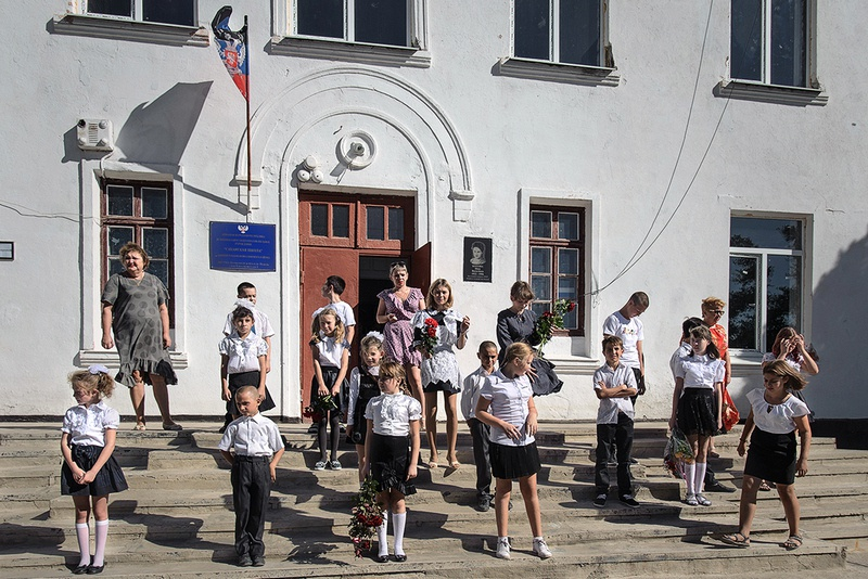 В Донбассе, как и в Большой России, школьники и студенты вернулись в начале осени за парты.