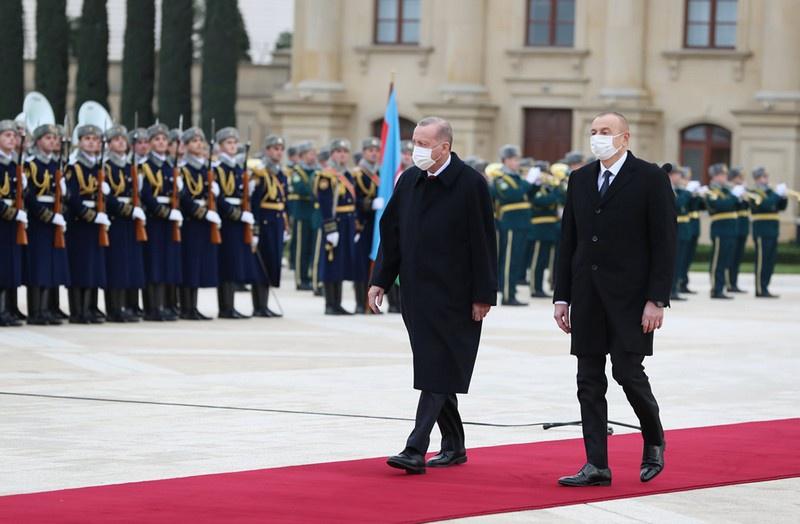 Не заразиться друг от друга: президент Турции Реджеп Тайип Эрдоган и президент Азербайджана Ильхам Алиев приняли участие в военном параде по случаю окончания военных действий в Нагорном Карабахе 10 декабря.