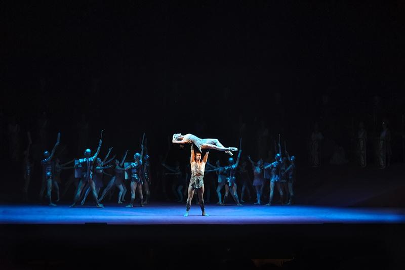 Для балета были созданы монументальные декорации; в нём задействован хор, есть зрелищные массовые батальные сцены, в которых для большей реалистичности использовалось металлическое, а не бутафорское оружие.