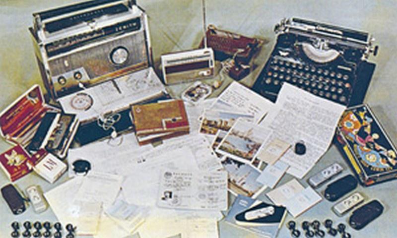 Шпионский арсенал Пеньковского, обнаруженный при обыске на его квартире. Фото из книги «Лубянка, 2».