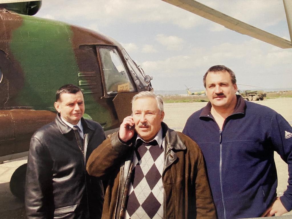 Аэродром «Северный», Чеченская республика, 2001 г., генерал-лейтенант И.Л. Шифрин на фото справа.