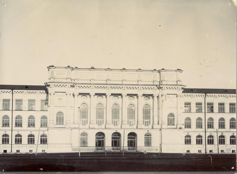В 1909 году Артур поступил на металлургический факультет Петербургского политехнического института.