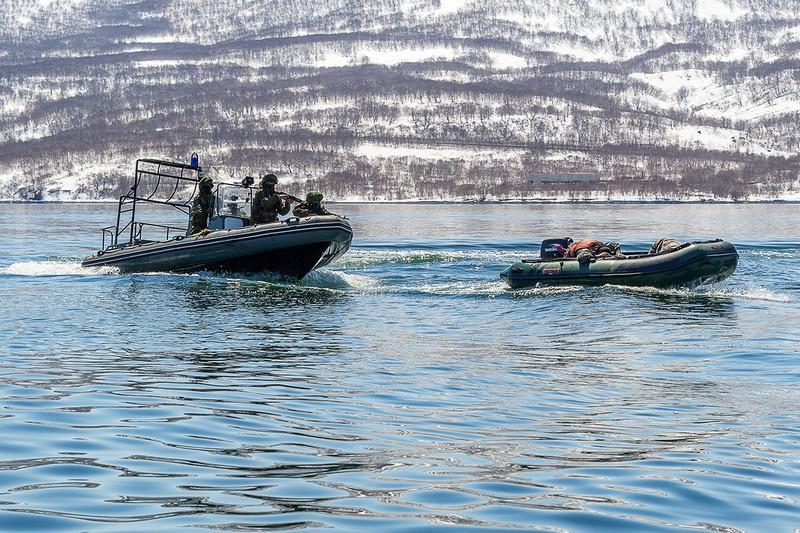 Военнослужащие ПДСС ТОФ в ходе тренировки отработали обеспечение безопасного выхода атомной подводной лодки из пункта базирования.