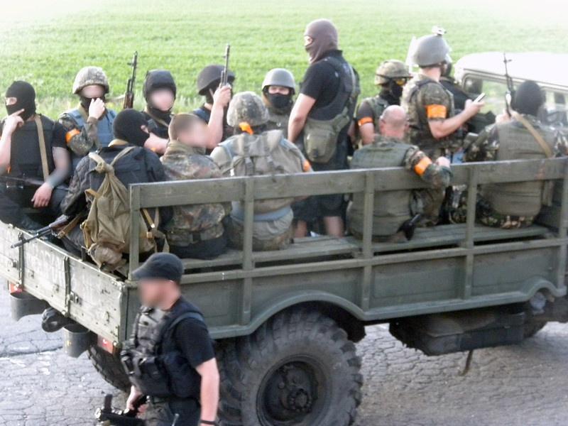 ФБР также стало известно, что Лэнг и Рикерт через Facebook вербовали американцев в состав запрещённого в РФ батальона «Азов».