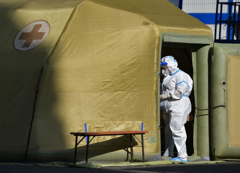 Каждый день российские военные медики несут свою нелёгкую службу милосердия на передовой линии войны с коронавирусом - в «красной зоне» мобильного госпиталя в Сухуме.