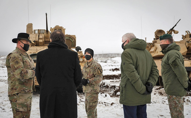 Посол США в Литве Роберт Гилькрист, министр обороны Литвы Арвидас Анусаукас и командующий Сухопутными войсками Литвы бригадный генерал Раймундас Вайкснорас на церемонии встречи батальона 1-й бронетанковой бригады США.