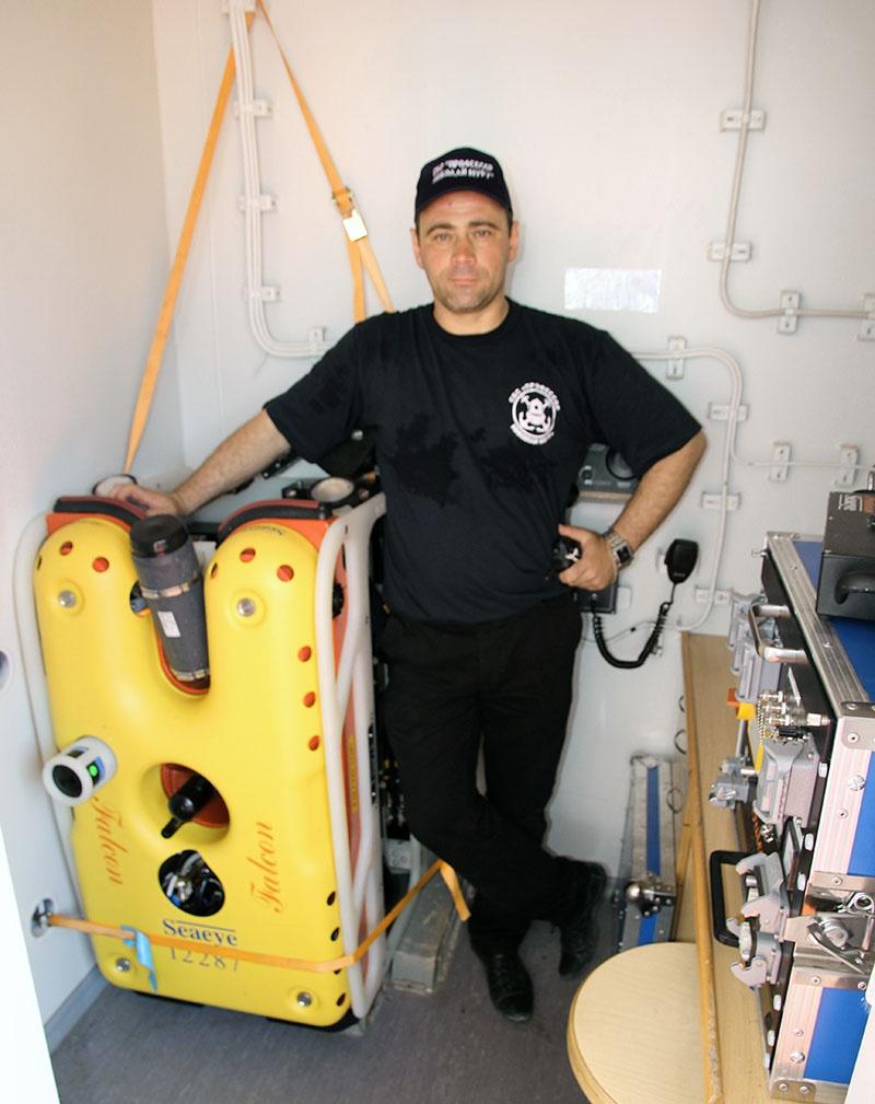 Роботизированный поисково-спасательный телеуправляемый подводный аппарат «Фалкон-1000».