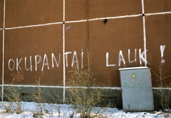 Надпись на стене: «Оккупанты долой!» на одной из улиц города Вильнюса, появившаяся ходе литовских сепаратистских выступлений в феврале 1991 года.