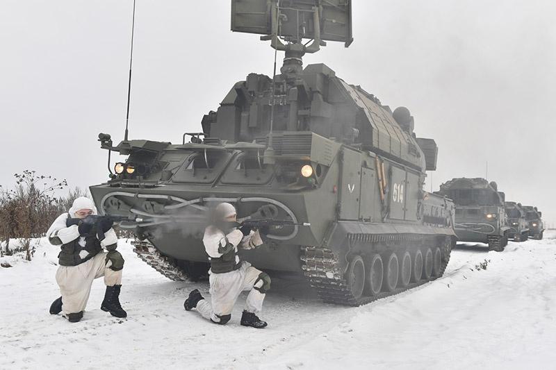 Зенитчики-ракетчики отразили атаку диверсантов плотным огнём из стрелкового оружия.