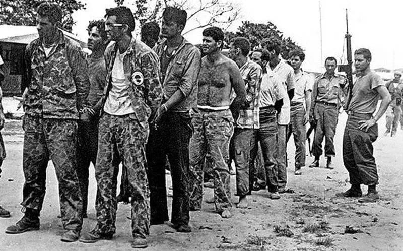 Пленные наёмники после провалившейся высадки гусанос на Плайя-Хирон.