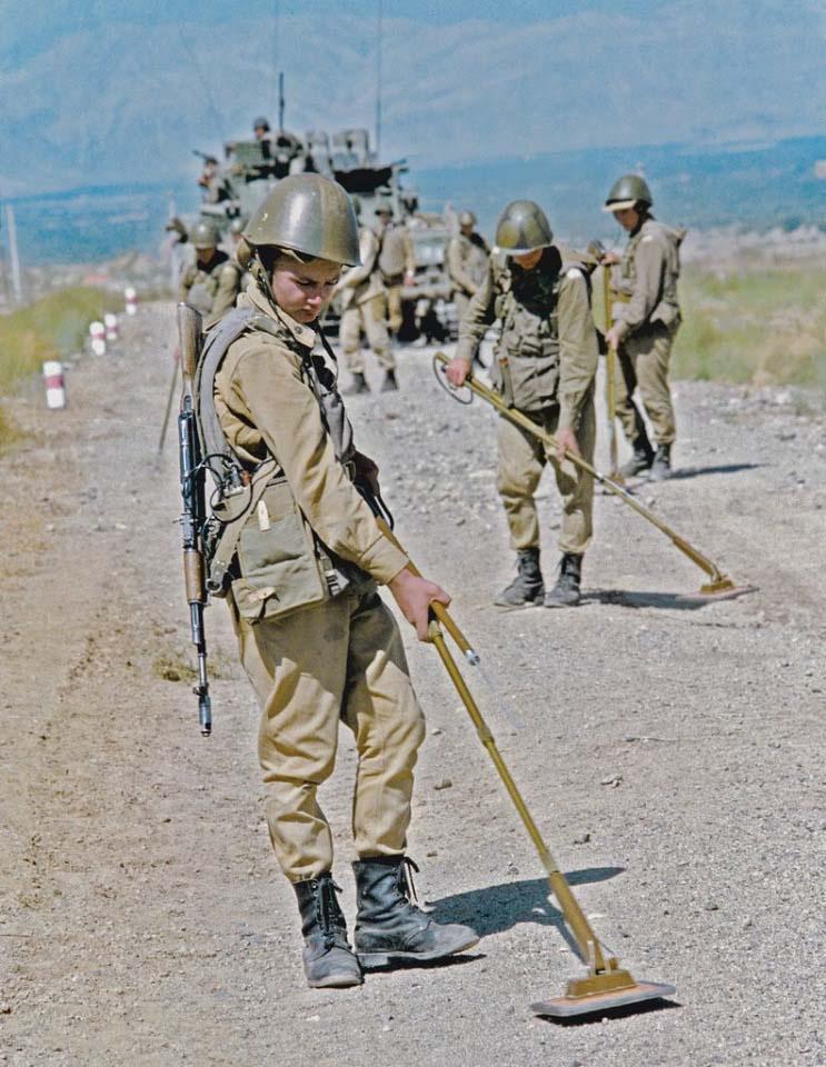 Разминирование дороги в Афганистане инженерно-саперным подразделением советских войск.