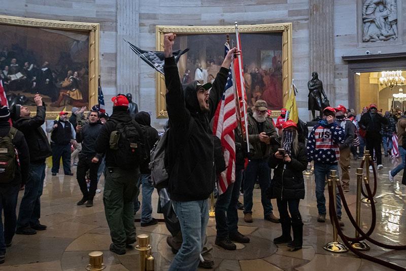 Толпа сторонников Дональда Трампа 6 января 2021 года ворвалась в здание конгресса.