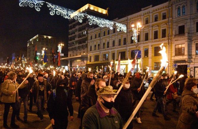 На этом марше появилось новшество - БЧБ флаги белорусских националистов.