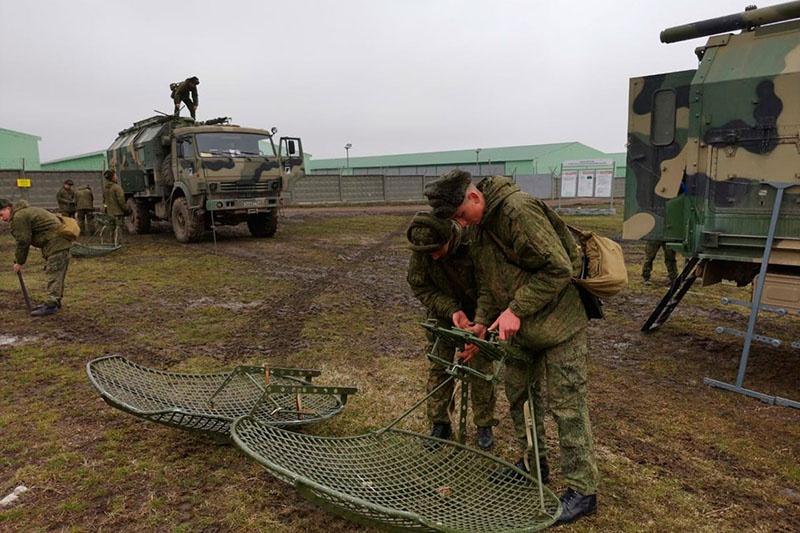 В ходе манёвров была проверена работа коммутационного оборудования, специальной аппаратуры на модернизированных командно-штабных машинах 5-го поколения Р-145БМ1 на базе БТР-80 и радиорелейной станции связи Р-419-МП «Андромеда-Д».
