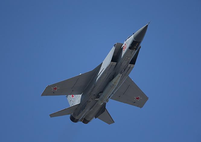Истребител-перехватчик МиГ-31, оснащённый авиационным ракетным комплексом «Кинжал».