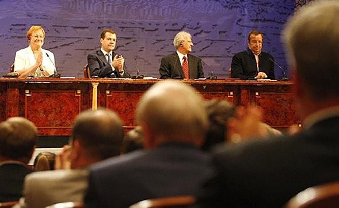 Президент Эстонии Тоомас Ильвес (крайний справа) на V Конгрессе финно-угорских народов в Ханты-Мансийске на «чужом поле» не гнушался прямыми призывами к сепаратизму наших народов. А кто ему аплодировал?
