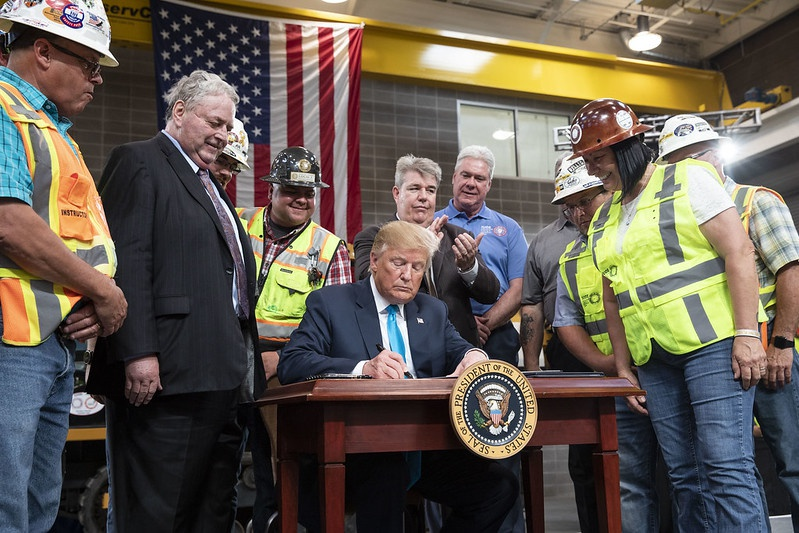Дональд Трамп подписывает указ об упорядочении федеральных процессов, связанных с развитием энергетики.