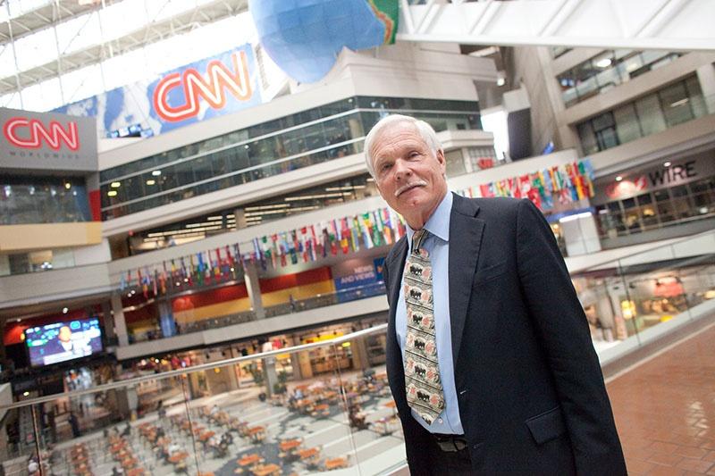 Красавец-медиамагнат и владелец телеканала CNN Тэд Тёрнер готов заплатить тем, кто уменьшит численность населения на 2/3 и доведёт её до 2 млрд человек.
