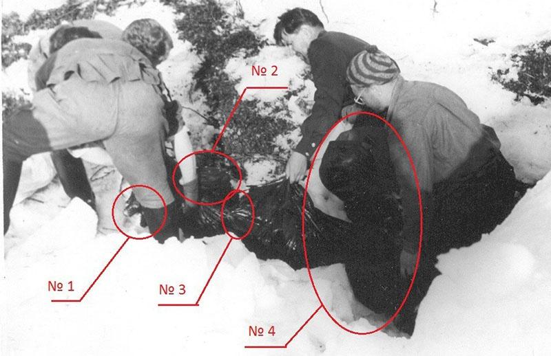 На этой фотографии поисковика Мохова (по версии АПВЕРГИД)несут не тело погибшего туриста, а какой-то аппарат неизвестной конструкции и очень туманного происхождения.