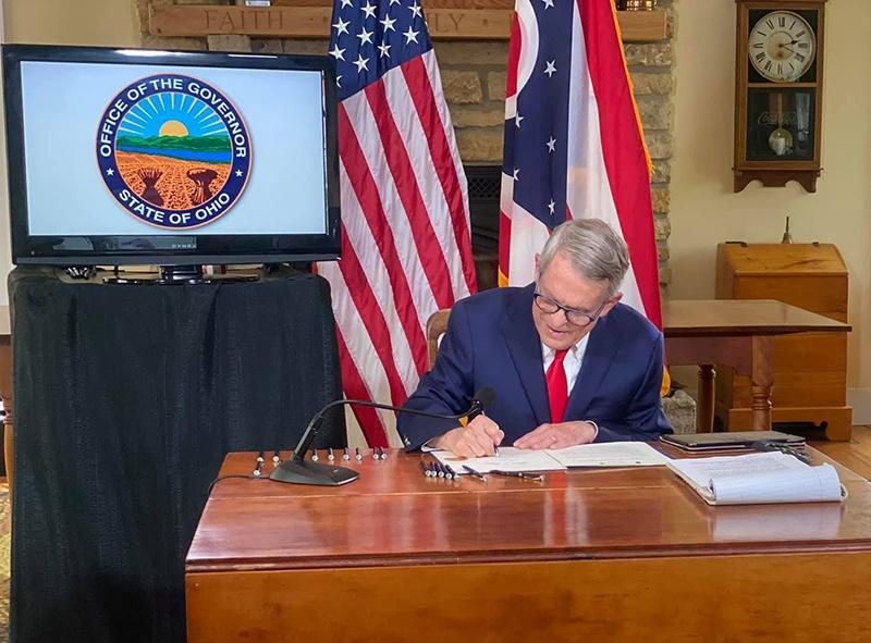 Губернатор штата Майк Девайн приказал создать лагеря-изоляторы для взрослых.