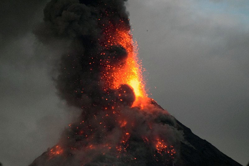 Существование в физическом вакууме аномального пространства приводит и к извержению вулканов.