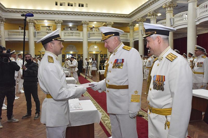 Торжественная церемония выпуска офицеров Военно-морской академии.